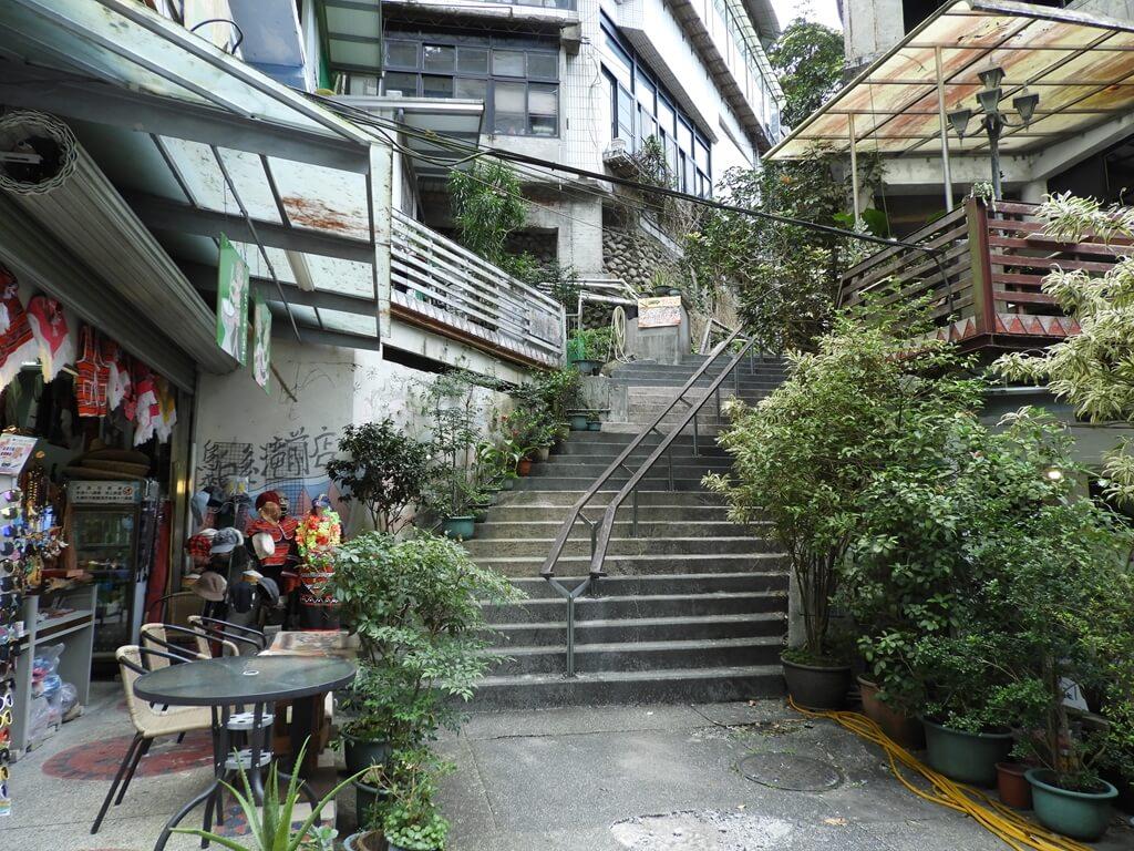 烏來瀑布的圖片:勇士廣場前商店街的階梯