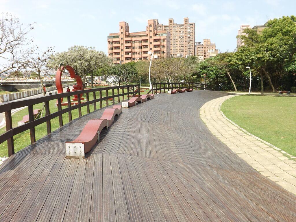 桃園市三民運動公園的圖片:斜坡看台