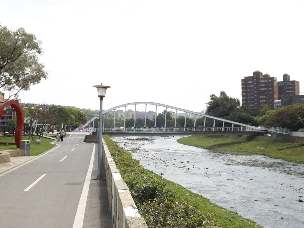 桃園市三民運動公園的圖片:南崁溪與青溪橋