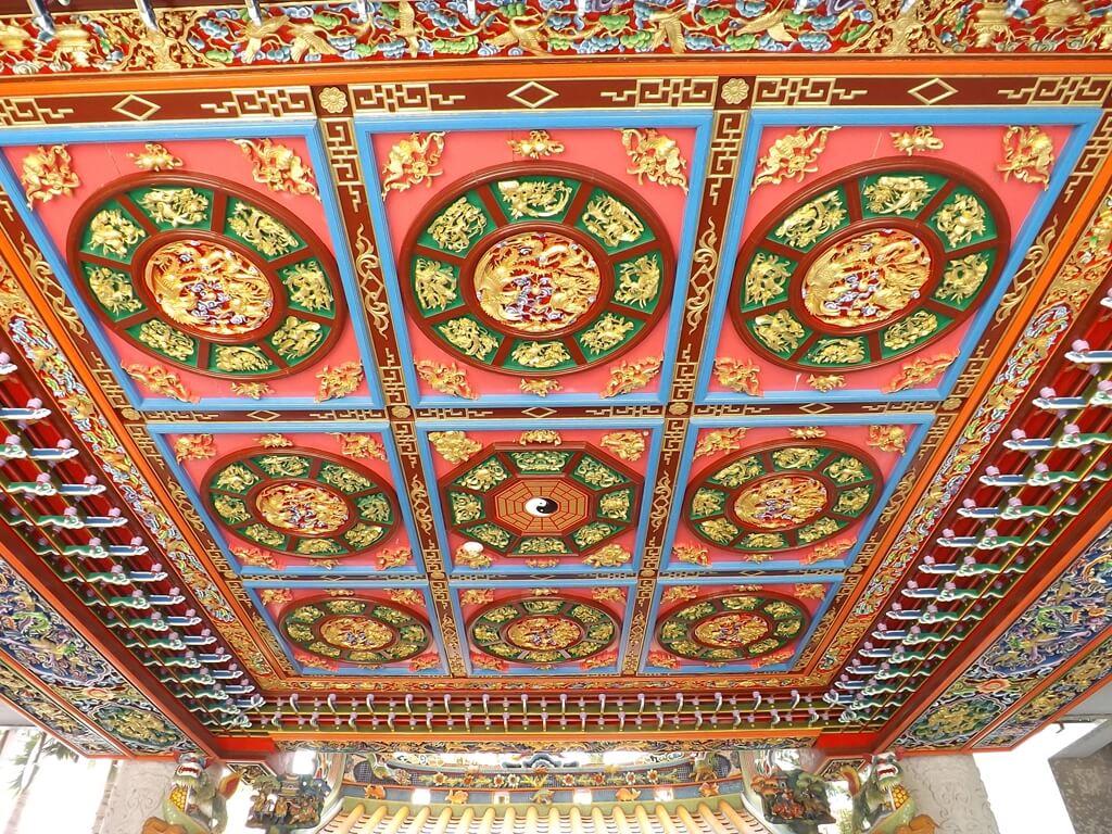 桃園市土地公文化館的圖片:1F 中庭土地公廟屋頂上的美麗裝飾