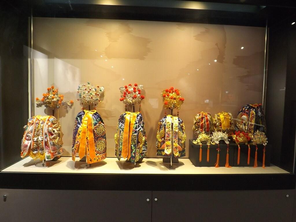 桃園市土地公文化館的圖片:好多件土地公的精美頭飾與服飾