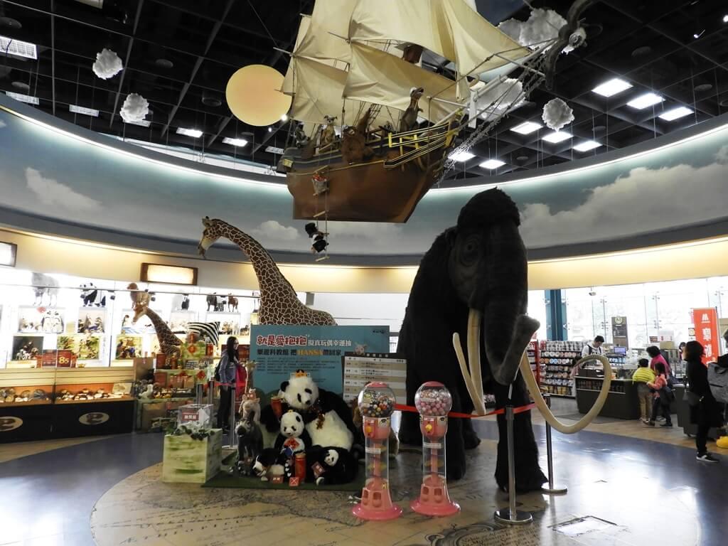 國立臺灣科學教育館的圖片:大航海裡的長毛象、貓熊、長頸鹿、大帆船