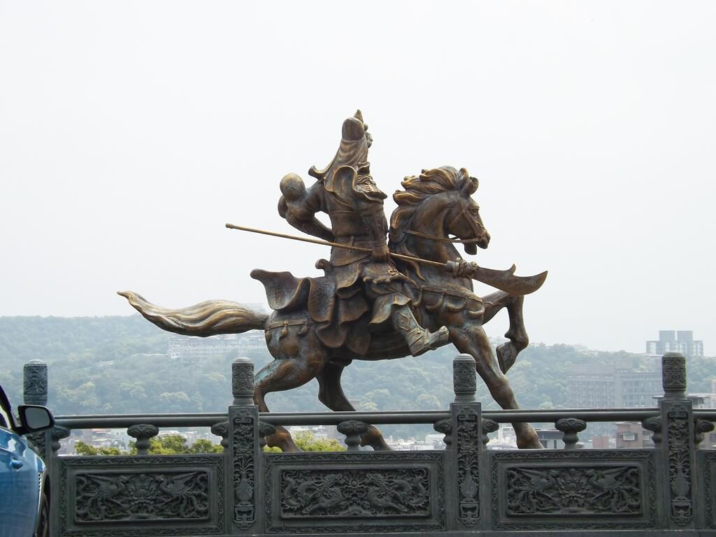 桃園明倫三聖宮的圖片:關聖帝君騎馬像背面
