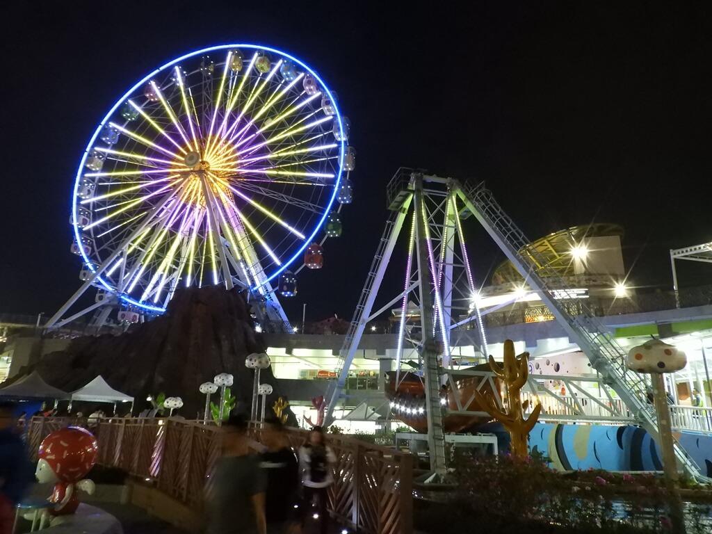 臺北市兒童新樂園的圖片:夜晚的摩天輪與尋寶船