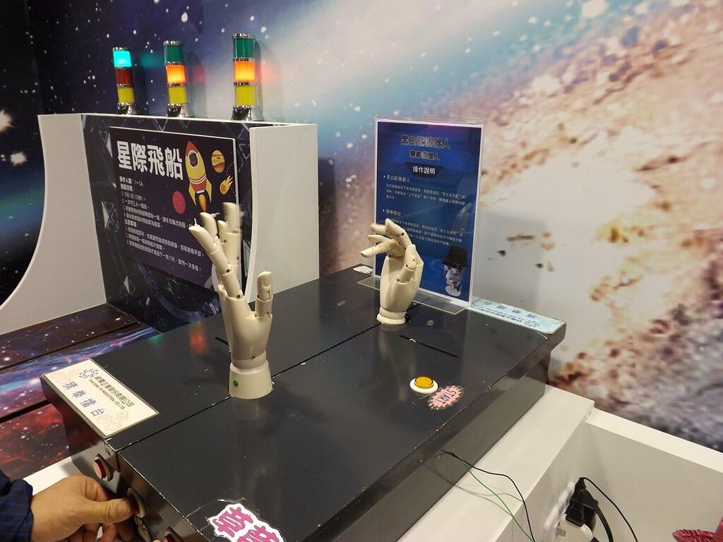 祥儀機器人夢工廠的圖片:黑白配機器人、猜拳機器人