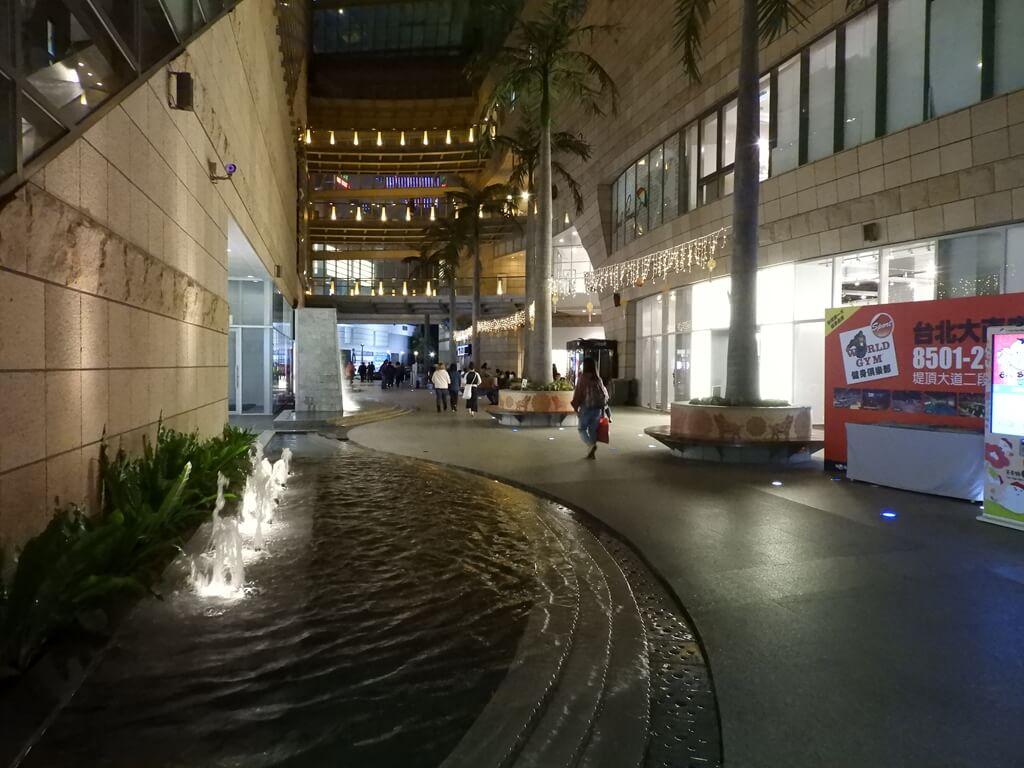 美麗華百樂園的圖片:晚上的美麗華1F中央走道