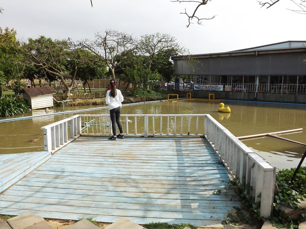 向陽農場的圖片:池上觀景台餵魚的遊客