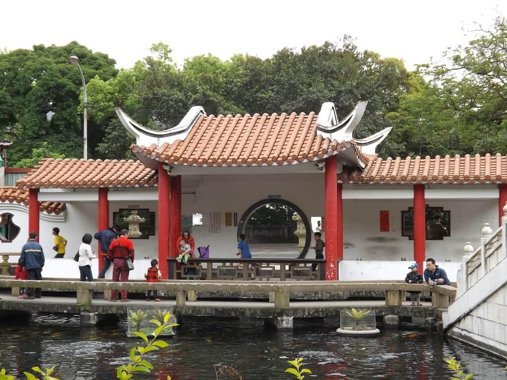 壽山巖觀音寺的圖片:池子旁的亭子有許多遊客