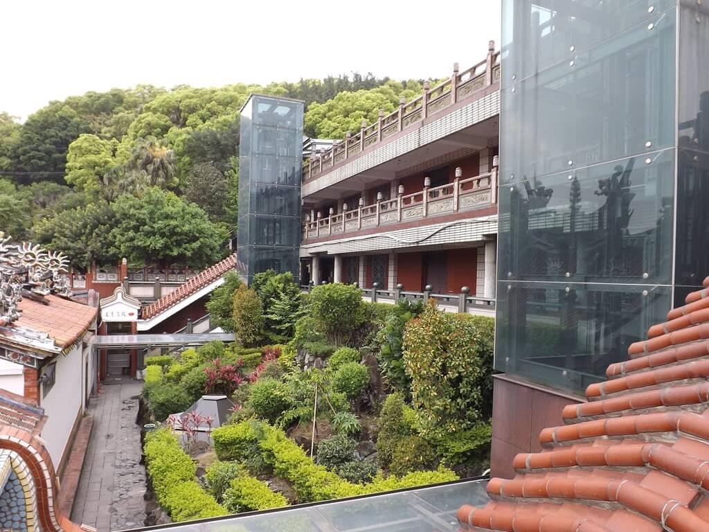 壽山巖觀音寺的圖片:兩座無障礙電梯及庭園