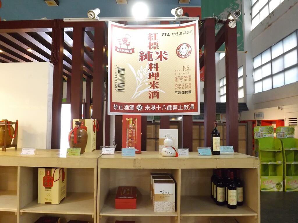 臺灣菸酒股份有限公司桃園酒廠的圖片:超大張的紅標純米料理米酒標