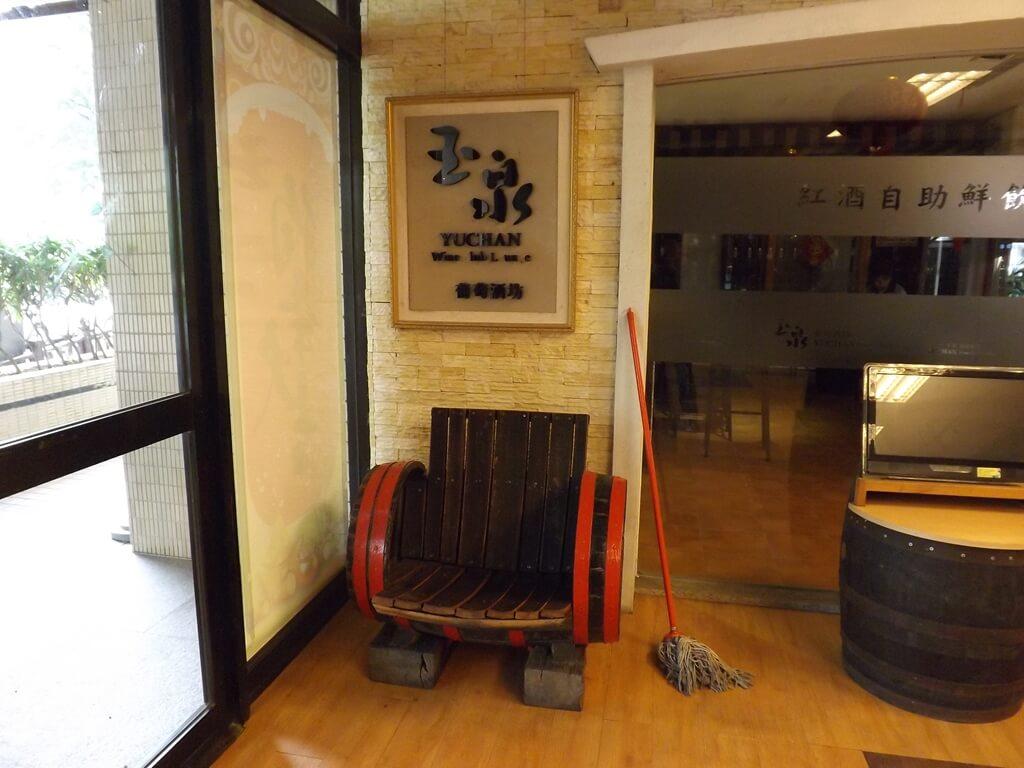 臺灣菸酒股份有限公司桃園酒廠的圖片:玉泉葡萄酒坊及用酒桶改造的椅子
