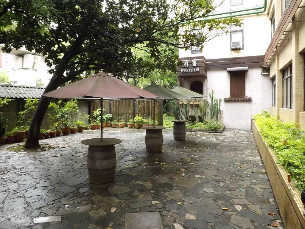 臺灣菸酒股份有限公司桃園酒廠的圖片:酒窖前庭園