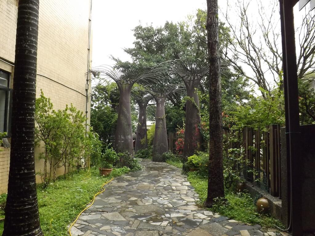 臺灣菸酒股份有限公司桃園酒廠的圖片:庭園走道及藝術造景