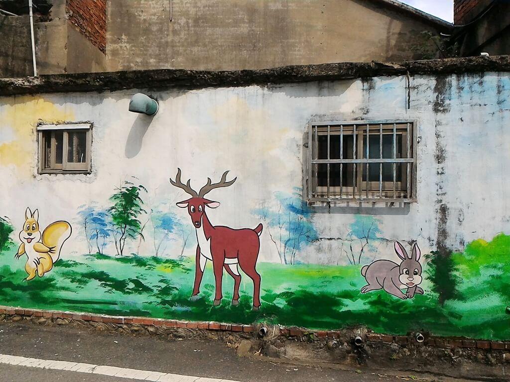 坑口彩繪村的圖片:看著觀眾的鹿與兔子