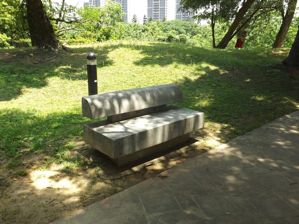 大溪埔頂公園的圖片:步道旁的水泥座椅