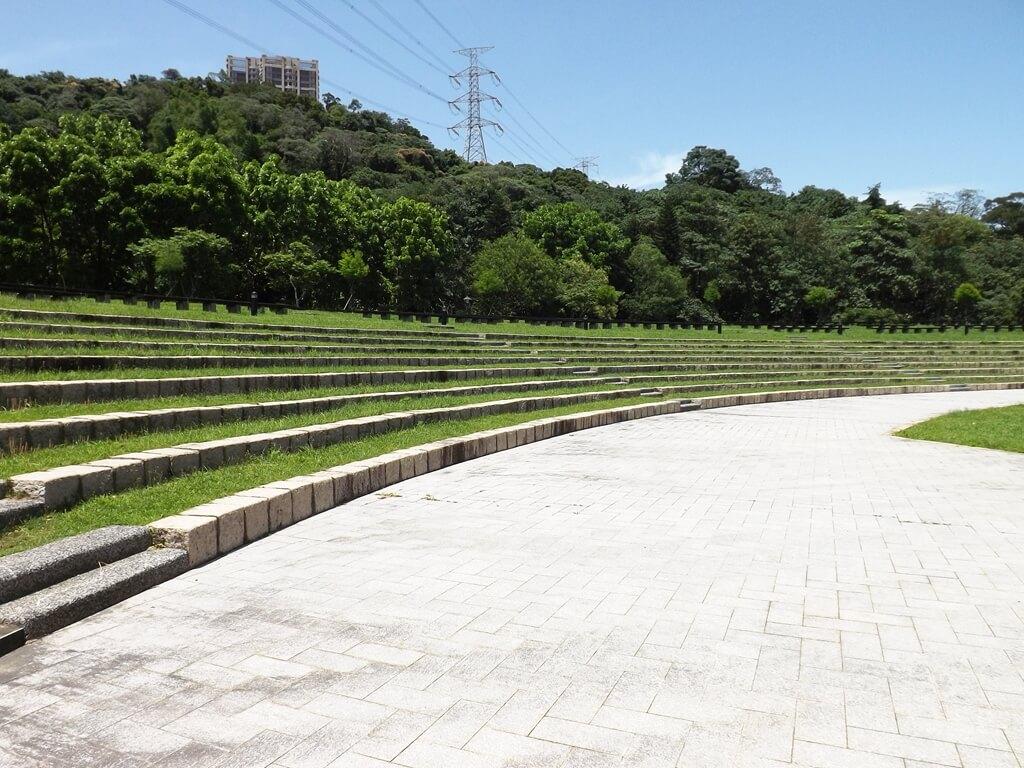 大溪河濱公園的圖片:圓弧型的階梯式觀眾席