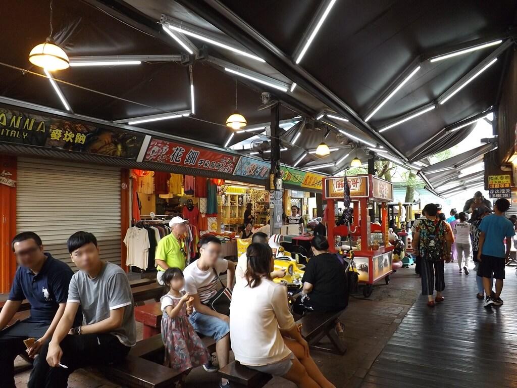 內灣老街的圖片:戲院旁休息區滿滿的人潮