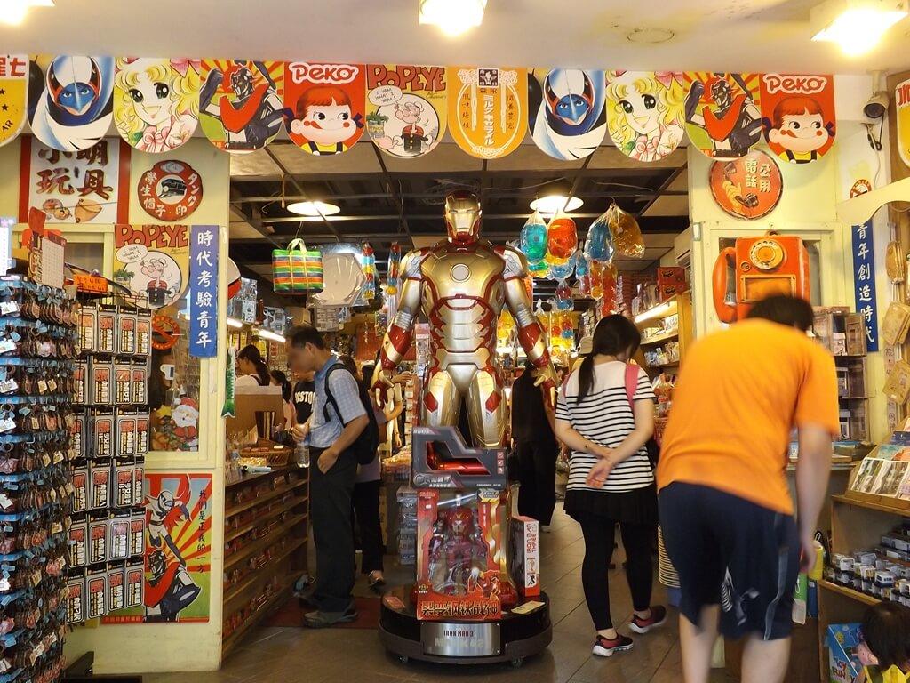 內灣老街的圖片:各式各樣懷舊商品及鋼鐵人
