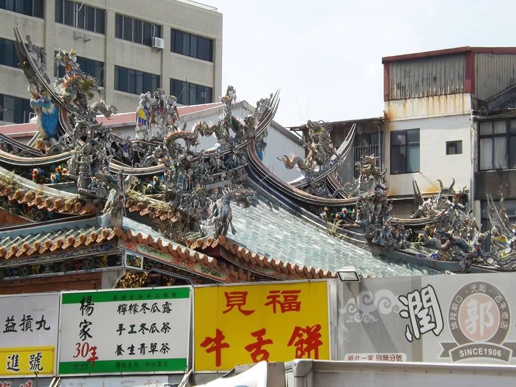 新竹都城隍廟的圖片:屋頂上相當豐富的藝術剪黏