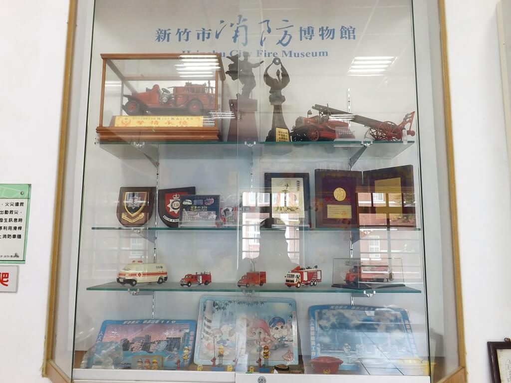 新竹市消防博物館的圖片:許多獎狀及消防車模型