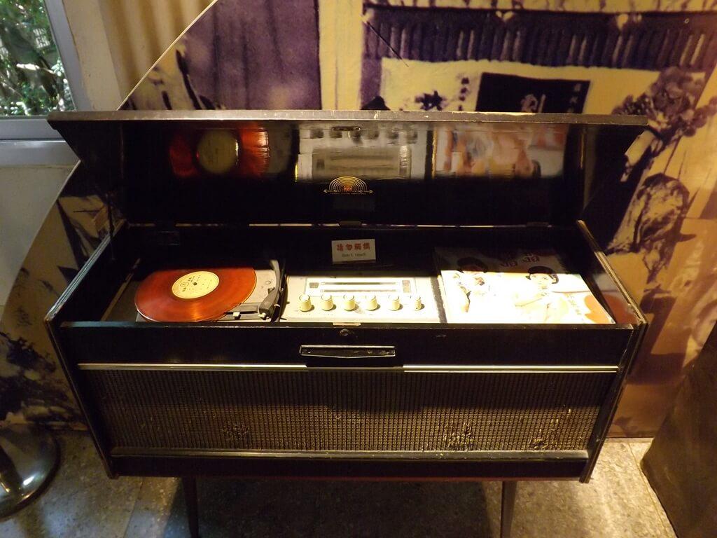 新竹市眷村博物館的圖片:箱型黑膠唱片機展示品