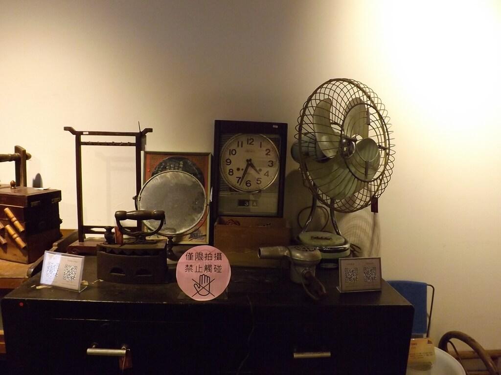 新竹市眷村博物館的圖片:舊時代的燙斗、鏡子、吹風機、電風扇