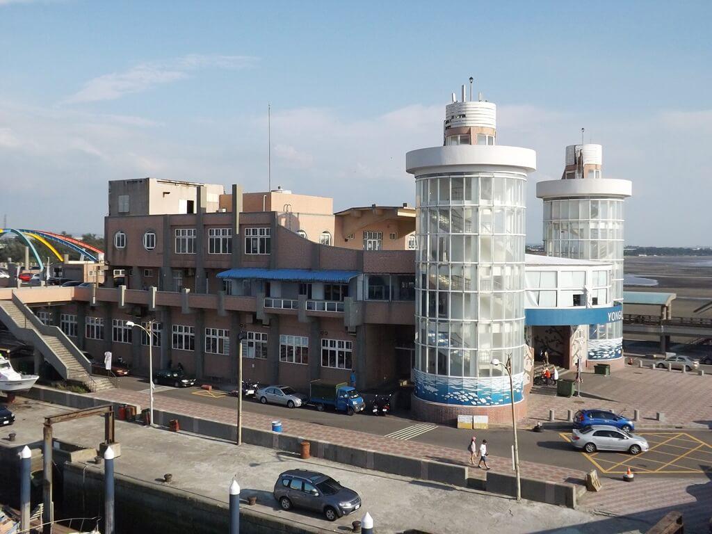 永安漁港的圖片:永安觀海橋眺望永安海鮮餐廳建築