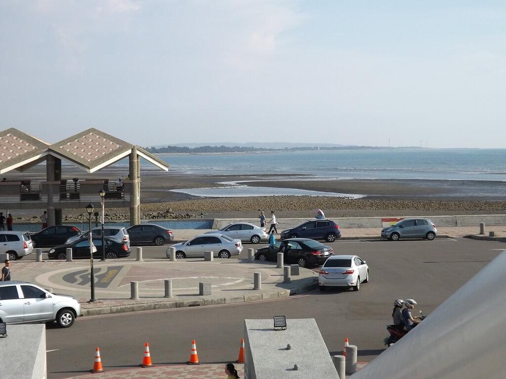 永安漁港的圖片:永安觀海橋眺望漁港沙灘區