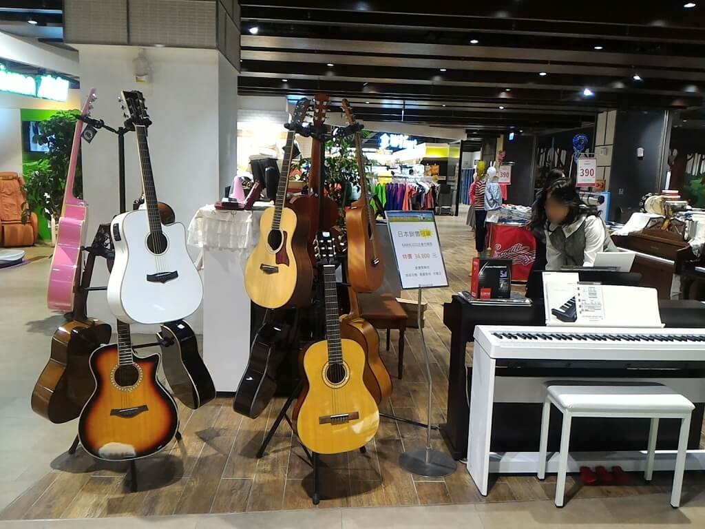 GlobalMall 環球購物中心桃園 A8的圖片:吉他與白色鋼琴