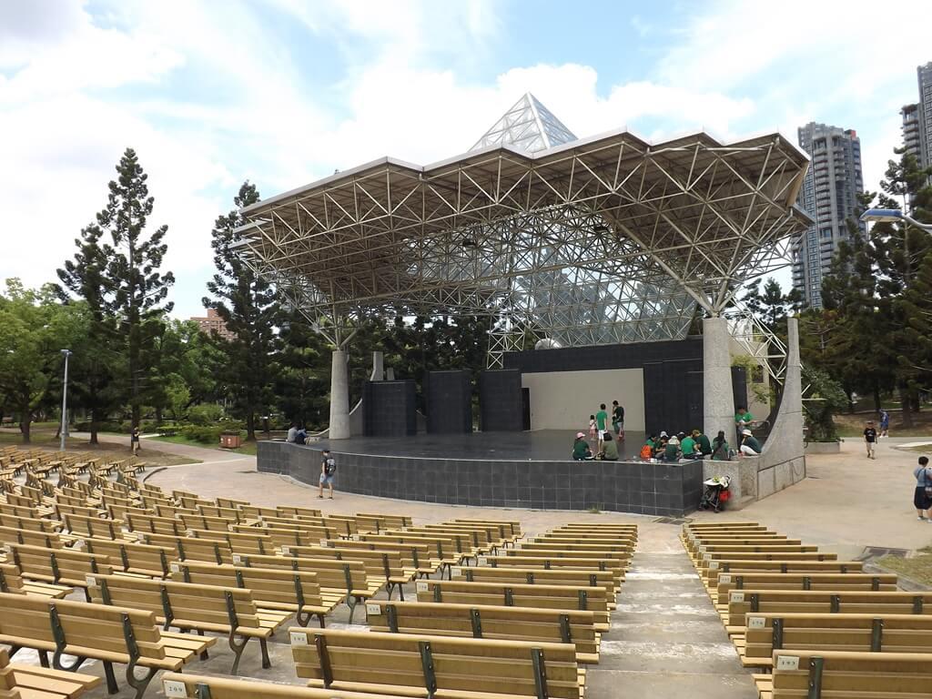 大安森林公園的圖片:露天音樂台上剛好有排練的學生們