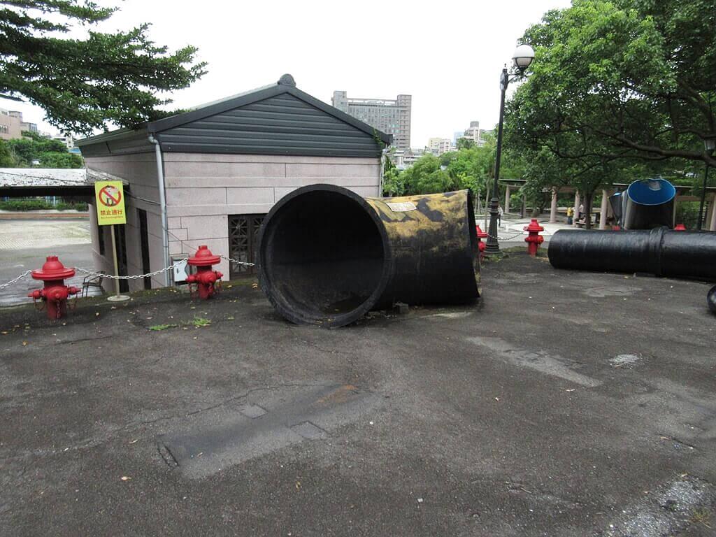臺北自來水園區(自來水博物館)的圖片:超大黑色鑄鐵彎管