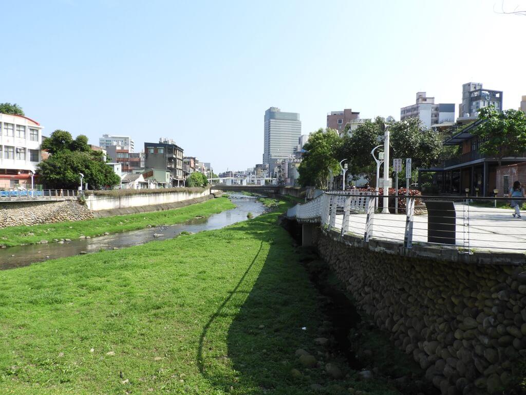中壢老街溪步道的圖片:老街溪河川教育中心前的溪邊綠草