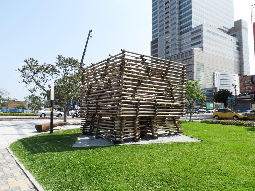 中壢老街溪步道的圖片:老街溪河岸公園竹藝術造景