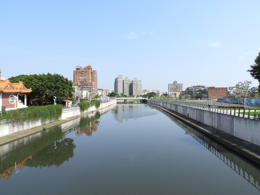 中壢老街溪步道的圖片:興南堰水圳前的寬闊水域