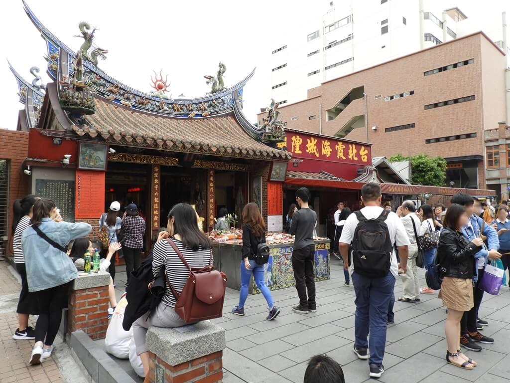 台北霞海城隍廟的圖片:廣場前的人潮