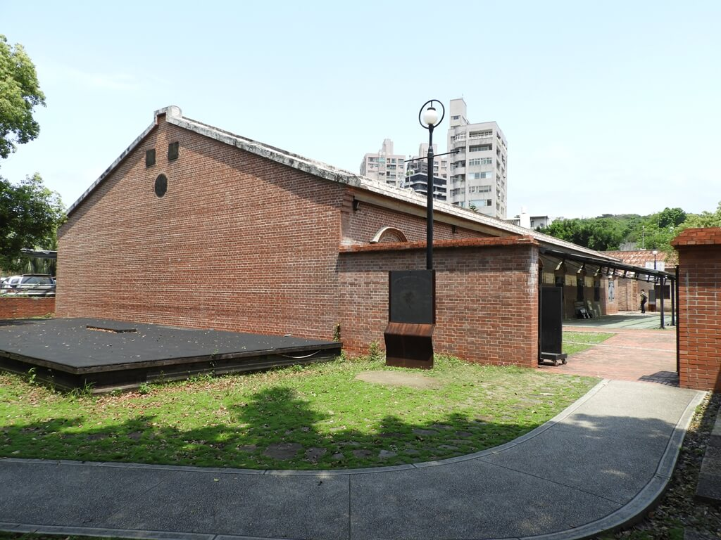 淡水文化園區 - 殼牌倉庫的圖片:倉庫、紅磚圍牆及牆邊的舞臺