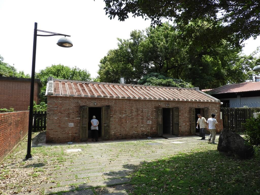 淡水文化園區 - 殼牌倉庫的圖片:用紅磚瓦片所建造的廁所