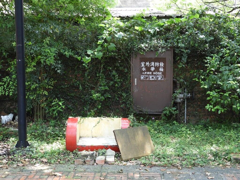 淡水文化園區 - 殼牌倉庫的圖片:殼牌故事館前用油桶改造的椅子