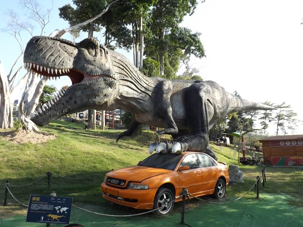 百果山探索樂園的圖片:被霸王龍踩著的 AUDI A4